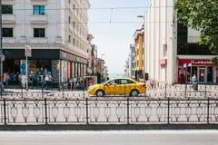Стамбул, 11-ое июня 2017: Традиционное желтое такси едет на улице в районе Fatih Стамбула, Турции Урбанско Стоковое Фото
