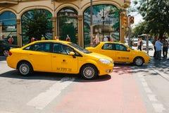 Стамбул, 11-ое июня 2017: Традиционное желтое такси едет на улице в районе Fatih Стамбула, Турции Урбанско Стоковые Изображения RF