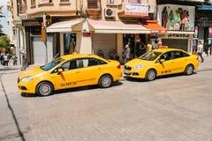 Стамбул, 11-ое июня 2017: Традиционное желтое такси на улице в Стамбуле, Турции уклад жизни урбанский перевозка Стоковая Фотография