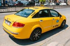 Стамбул, 11-ое июня 2017: Традиционное желтое такси на улице в Стамбуле, Турции уклад жизни урбанский перевозка Стоковые Фотографии RF