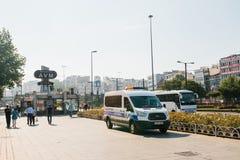 Стамбул, 11-ое июля 2017: Полицейская машина на улице в зоне Aksaray в Стамбуле, Турции Защита общественного порядка Стоковые Фотографии RF