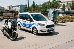 Стамбул, 11-ое июля 2017: Полицейская машина на улице в зоне Aksaray в Стамбуле, Турции Защита общественного порядка Стоковая Фотография