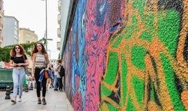 Стамбул, Турция - 2-ое июня 2017: Красочные надписи на стенах портрета покрашенные на стене в районе Kadikoy города Стамбула Стоковое Фото