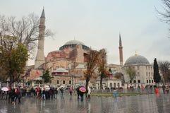 Стамбул, Турция - 22-ое ноября: Взгляд Hagia Sophia и области при туристы ждать для входа 22-ого ноября 2014 в Istambu Стоковые Изображения