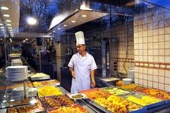 Стамбул, Турция - 22-ое ноября 2014: Ресторан улицы кашевара показывает ½ иÐΜ  аР¿ Ð¸Ñ ÐžÐ ряда еды: Ряд турецкого restauran  Стоковое Фото