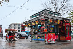 Стамбул, Турция - 23-ье ноября 2014: Улица Стамбула и продавцы фаст-фуда Стоковая Фотография RF