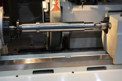Станок для шлифования цилиндрических поверхностей CNC делая часть вала стоковые фотографии rf