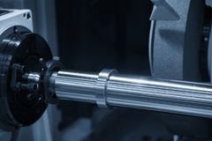 Станок для шлифования цилиндрических поверхностей CNC с стальным валом Стоковые Изображения RF