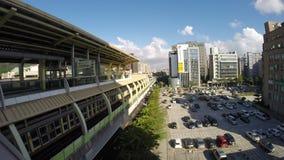 Станции метро Xihu заход солнца Тайбэя, красивый городского пейзажа, Тайвань сток-видео