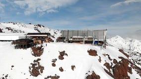Станция вида с воздуха подъема лыжи с кабинами высокими в горах Кавказ в курорте Elbrus в зиме видеоматериал