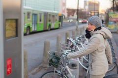 Станция городских велосипедов для ренты Стоковые Фотографии RF