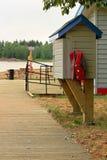 Станция заимодавца спасательного жилета на общественном пляже стоковые изображения