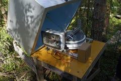Станция измерений воздуха автоматическая в лесе Стоковое фото RF