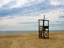 Станция личной охраны на пляже трески плащи-накидк Стоковые Изображения