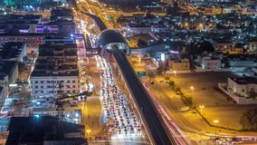 Станция и движение метро на timelapse дороги ночи Вид с воздуха от вершины  сток-видео
