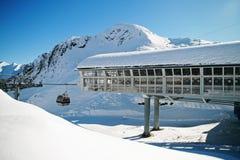 Станция катания на лыжах в средней горной вершине Стоковое Изображение