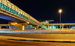 Станция метро метро на ноче в Дубай, ОАЭ Стоковое Изображение