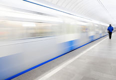 Станция метро, отклонение поезда стоковые изображения rf