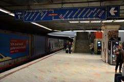 Станция метро с регулярными пассажирами пригородных поездов в Universitate Бухаресте Румынии стоковые фото