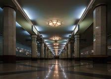 Станция метро с столбцами подземно стоковое изображение