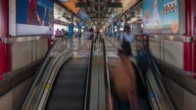 Станция метро толпилась промежуток времени Таиланд дня 4k города Бангкока эскалатора сток-видео