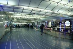 Станция метро Чикаго, переход рельса, удлиняя во всех направлениях, полные объекты обслуживания стоковое изображение