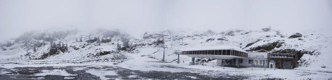 Станция перехода фуникулера Karlesjochbahn для людей путешественников играя верхнюю часть лыжи и посещения горы Стоковые Фотографии RF