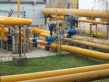Станция природного газа с желтым цветом пускает электростанцию по трубам Стоковое Изображение RF