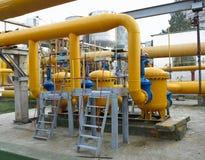 Станция природного газа с желтым цветом пускает электростанцию по трубам Стоковое Фото