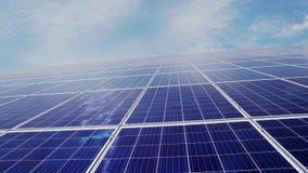 Станция солнечной энергии панели солнечных батарей на предпосылке голубого неба с облаками видеоматериал