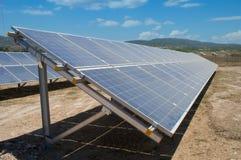 Станция солнечной энергии в природе лета стоковая фотография