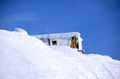 Станция спасения в снежных горах зимы, Khibiny (Hibiny), полуостров Kola, Россия Стоковая Фотография