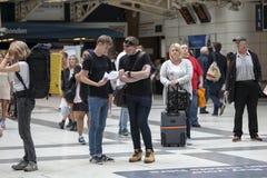 Станция станции улицы Ливерпуля Некоторые людей ждут поезд Люди выходят станция Стоковые Фото