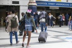 Станция станции улицы Ливерпуля Некоторые людей ждут поезд Люди выходят станция Стоковое Изображение