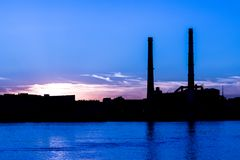 Станция тепловой мощности вечера на обваловке реки Neva в Санкт-Петербурге, России Стоковые Фотографии RF