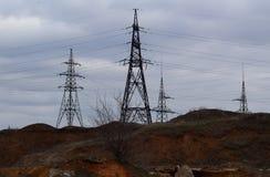 Станция электричества, закрывает вверх по высоковольтным линиям электропередач на заходе солнца Станция распределения электричест стоковое изображение