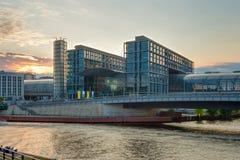 Станция Hauptbahnhof в Берлине на заходе солнца стоковое изображение rf