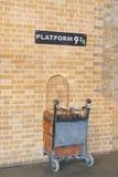 Станция 9 3/4 Ptattform на statoon короля перекрестном - Гарри Поттере Стоковое Фото