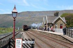 Станция Ribblehead, железнодорожный путь Карлайла скамьи Стоковое Изображение