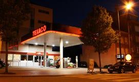 станция texaco ночи газа стоковые фотографии rf