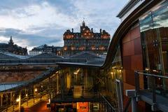 Станция Waverly с Balmoral гостиницы в Эдинбурге стоковые фотографии rf