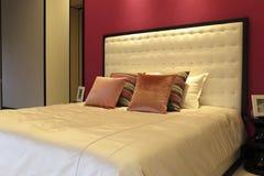 Станцуйте одежда и искусства и ремесла, красная коробка в спальне чердака Стоковая Фотография RF
