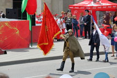 Стандартные податели на параде победы Pyatigorsk, Россия стоковые фото
