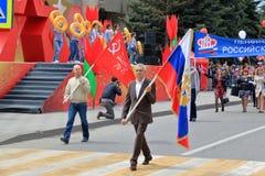 Стандартные флаги переноса подателей на параде победы Pyatigorsk, Россия стоковое фото rf