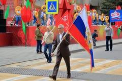 Стандартные флаги переноса подателей на параде победы Pyatigorsk, Россия стоковая фотография