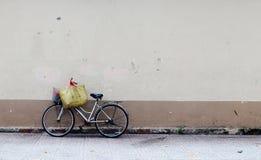 Старая автостоянка велосипеда на улице на Cholon в Сайгоне, Вьетнаме Стоковые Изображения RF