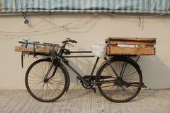 Старая автостоянка велосипеда на улице Стоковая Фотография RF