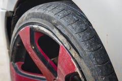 Старая автошина автомобиля с проломом Стоковая Фотография