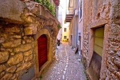 Старая адриатическая улица камня Vrbnik городка Стоковые Изображения