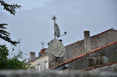 Старая антенна прикрепленная к серым стенам Стоковое Изображение RF